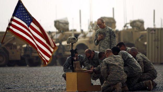 Soldados estadounidenses honran memoria de soldado caído en acción.