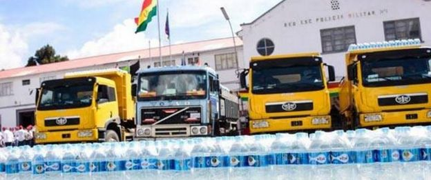 Camiones con agua embotellada