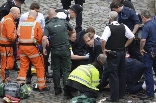 Saldırıda bıçakla yaralanan polis memuruna ilk sağlık müdahalesini Muhafazakar Parti Milletvekili Tobias Ellwood yaptı.