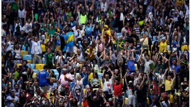 Mashabiki wa Brazil waliojaa katika uwanja wa Mariccana