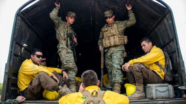 brigadistas y bomberos en Chile