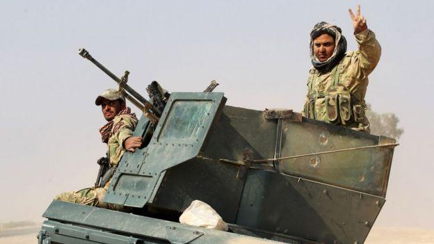 Musul'un güneyinde zafer işareti yapan bir Irak askeri