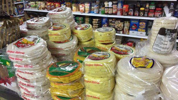 Varios empaques de arepas precocidas en Colombia