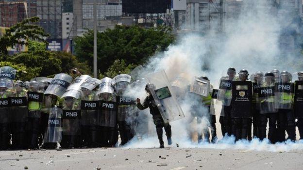 La Guardia Nacional trató de dispersar a los manifestantes con gases lacrimógenos.
