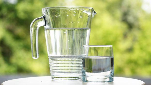 Vaso y jarra de agua