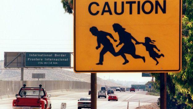 Señal de que personas cruzan corriendo.