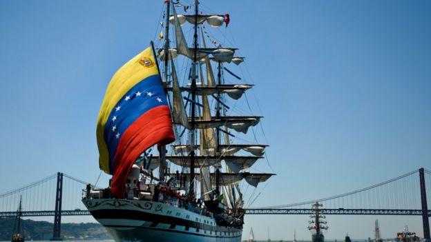 Buque con bandera venezolana.