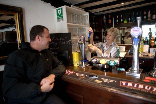 Cuando tuvieron a su hija, el marido de Alice dejó de ir a beber en el pub para hacerlo en casa.