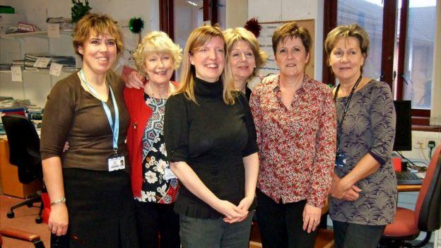 Adele Harman (ortada) с коллегами