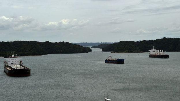 Barcos en las cercanías del Canal de Panamá
