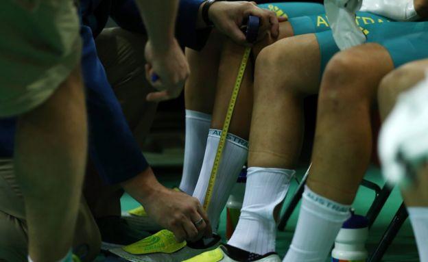 Un juez mide la altura del calcetín del equipo de Australia en Río 2016