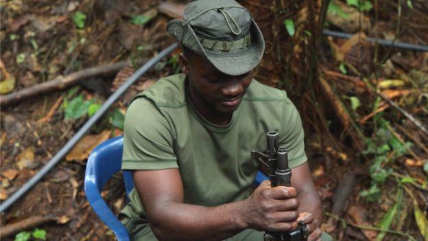 Guerrillero en campamento de las FARC