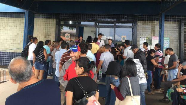Fila en la frontera entre Brasil y Venezuela