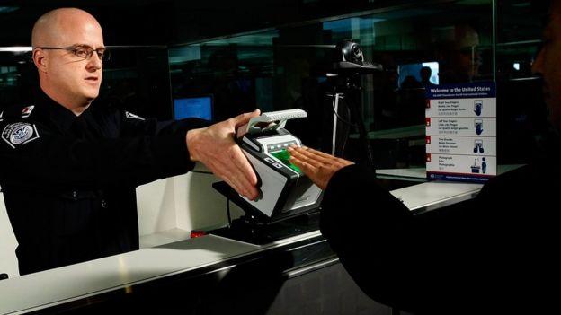 Oficial americano realiza verificações de segurança no aeroporto internacional de Dallas