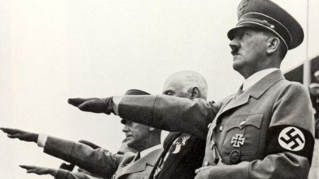Hitler haciendo el saludo Nazi