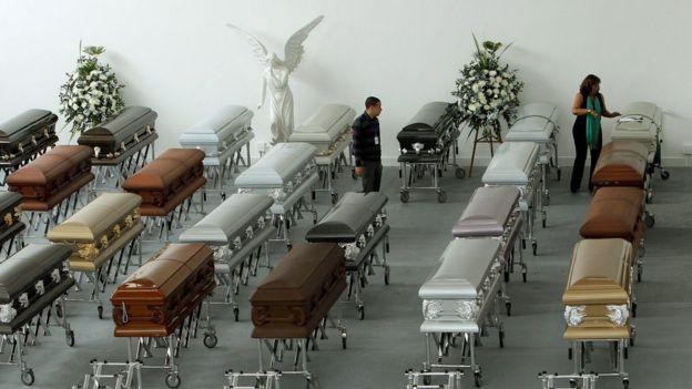 Ataúdes con restos de las víctimas del accidente del avión de Lamia que se estrelló en Colombia la noche del lunes.