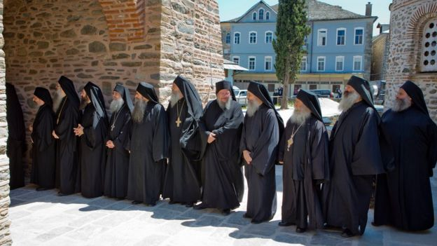 Orthodox monks wait to welcome Russia's President Vladimir Putin in Karyes, the capital of Mount Athos, Greece (28 May 2016)