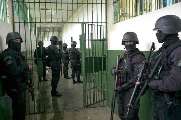 Soldados y fuerzas especiales en el Complejo Penitenciario Anisío Jobim en Manaos, Brasil.