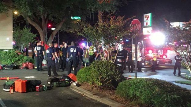 Policías y bomberos frente a Pulse
