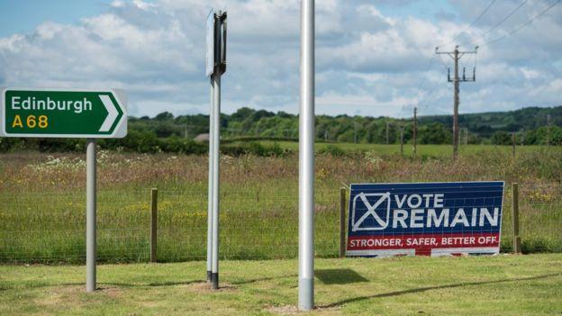 Una carretera en Escocia con un letrero a favor de la permanencia en la UE.