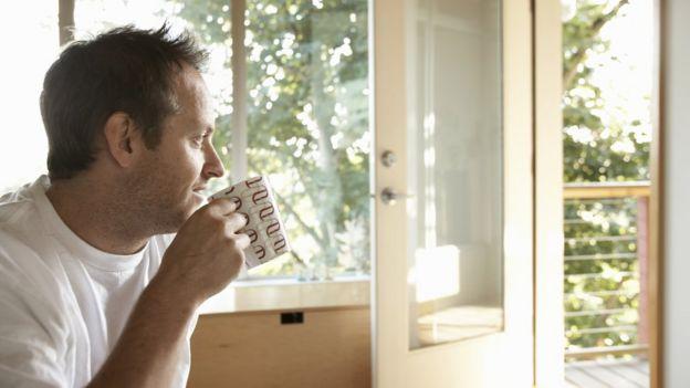 Hombre bebiendo café