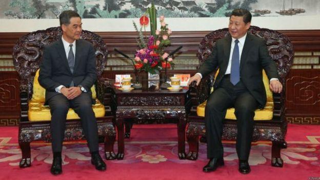2014年12月,梁振英在北京向習近平述職,座位擺放是並排坐。