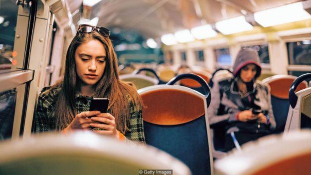 Hoàn toàn không vào mạng (ngay cả trong thời gian ngắn, qua cái gọi là giải độc mạng) có thể giúp bạn có được thói quen mới và kiểm soát được sự thôi thúc của mình.
