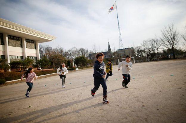Niños corren en Corea del Sur