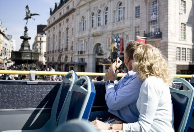 Pareja en un bus tur?stico en Londres