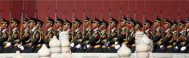 Soldados do Exército de Libertação Popular (PLA) marcha da China no início do desfile militar que marca o 70º aniversário do fim da Segunda Guerra Mundial, em Pequim, China, 03 de setembro de 2015