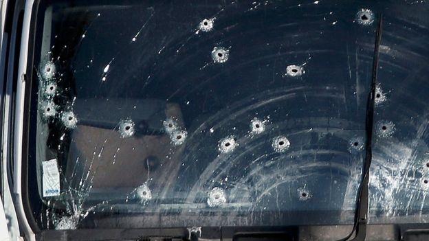 Impacto de balas pode ser visto em vidro de caminhão usado em ataque