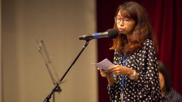 Zarifah en una lectura de poesía