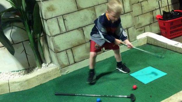 Лоуренса сын играл мини-гольф