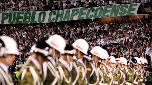 Pancartas y mensajes de apoyo a los familiares del Chapecoense.