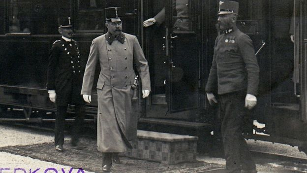Una imagen de los archivos históricos de Sarajevo muestra al archiduque Francisco Fernando saliendo de un tren que arribó a Ilidza, un suburbio del oeste de Sarajevo, el 27 de junio de 1914, el día antes de su asesinato.
