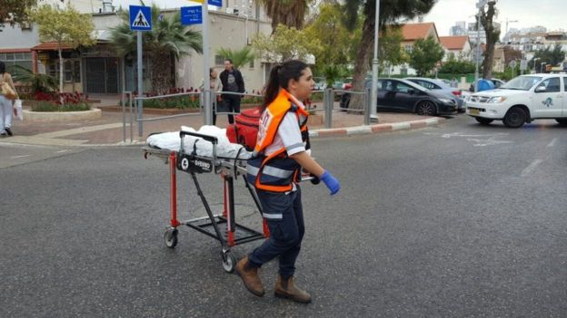 Petugas layanan darurat bergegas memberi bantuan, namun sayang nyawa sang perawat tidak tertolong.