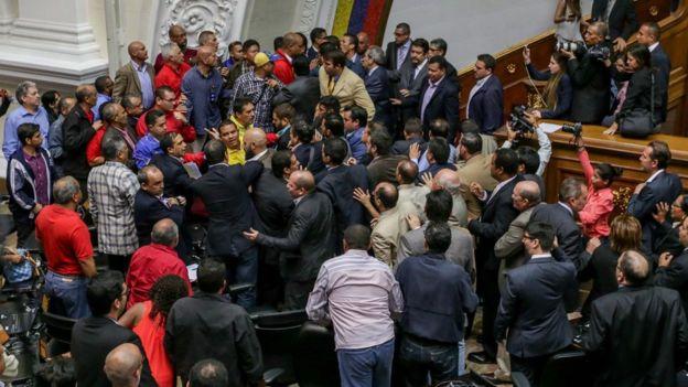 Deputados discutem na Assembleia Nacional da Venezuela