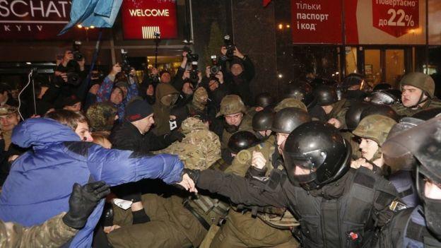 После попытки разогнать блокаду на Донбассе в Киеве произошли столкновения активистов и полиции