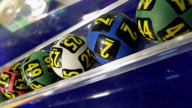 Bolitas de la lotería en un tubo