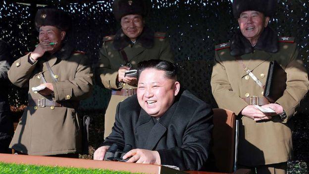 Kim Jong-un junto a un grupo de oficiales.