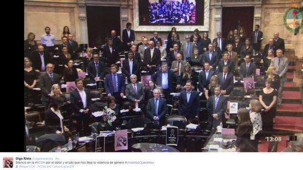 Picture of MPs standing in silence in Argentina, with accompanying tweet in Spanish