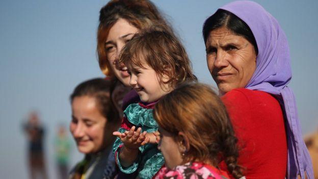Ezidi mülteciler IŞİD'in yenilgisini kutluyor (2015)