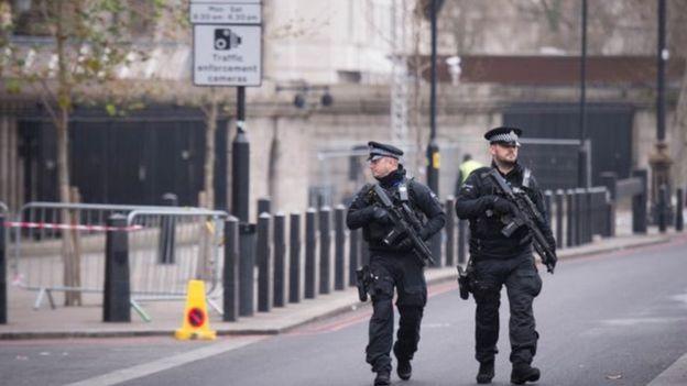 Cảnh sát vũ trang tuần tra tại London trước đêm Giao thừa