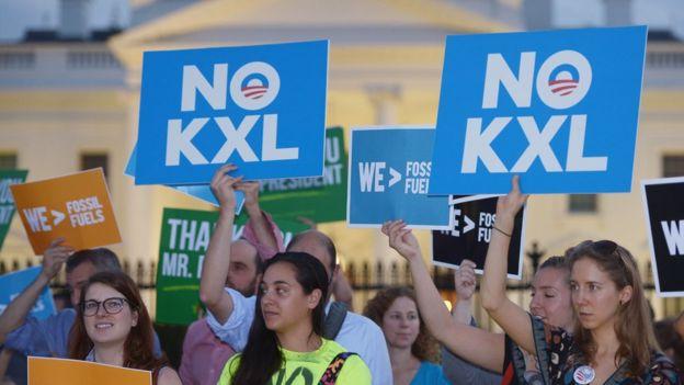 Grupos ambientalistas manifiestan frente a la Casa Blanca.