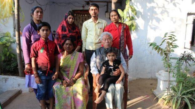 Ông Vương cùng gia đình ở Ấn Độ