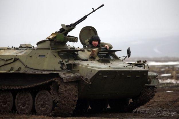 Російський військовий на МТЛБ з великокаліберним кулеметом під час навчань у Ростовській області