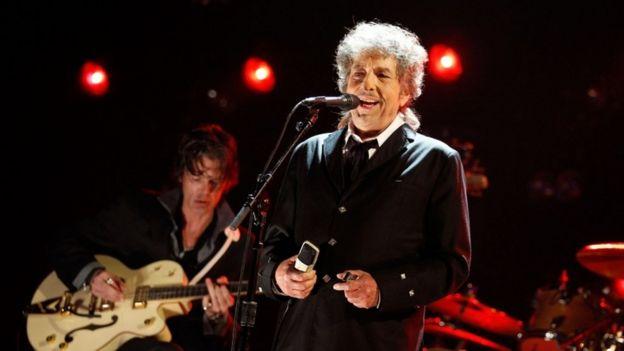 باب دیلن بالاخره برای دریافت جایزه نوبل ادبیات به استکلهم میرود