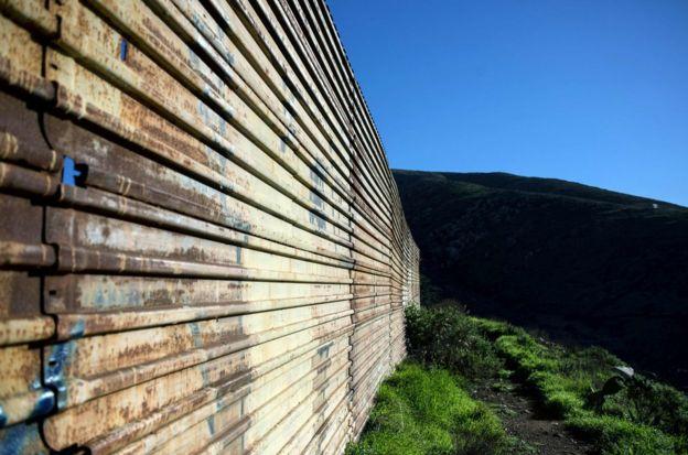 墨西哥西北蒂华纳郊区的边境隔离墙。