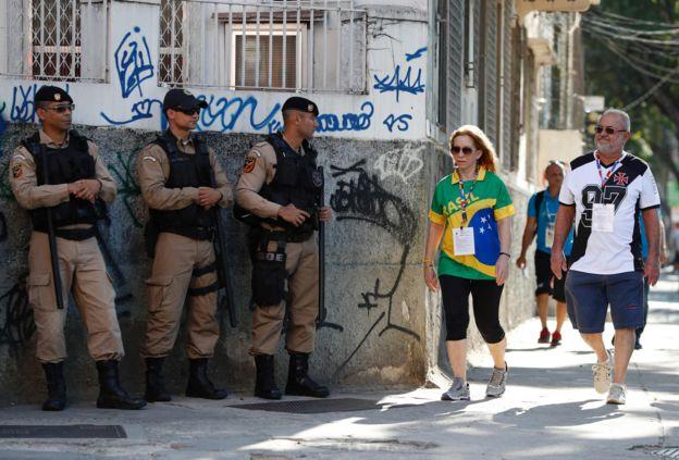 Policiais e torcedores no Maracanã