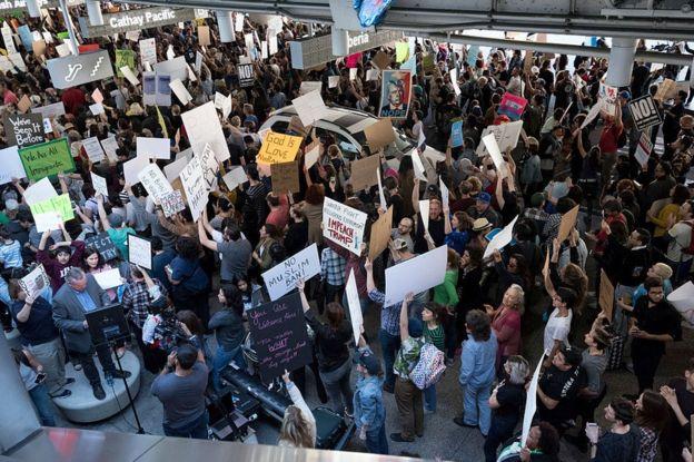 Personas protestan contra la orden ejecutiva del presidente Donald Trump en el aeropuerto de Los Ángeles, EE.UU.